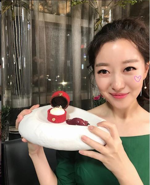 Nữ MC Hàn xinh đẹp tác nghiệp trên nóc khách sạn Daewoo gây sốt Việt Nam nổi tiếng ra sao? - Ảnh 15.