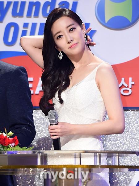 Nữ MC Hàn xinh đẹp tác nghiệp trên nóc khách sạn Daewoo gây sốt Việt Nam nổi tiếng ra sao? - Ảnh 12.