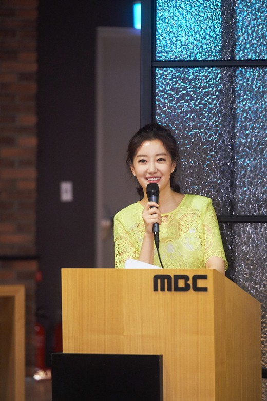 Nữ MC Hàn xinh đẹp tác nghiệp trên nóc khách sạn Daewoo gây sốt Việt Nam nổi tiếng ra sao? - Ảnh 6.