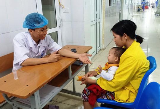 Cảm động bác sĩ bị ung thư vẫn hết mình vì người bệnh - Ảnh 2.