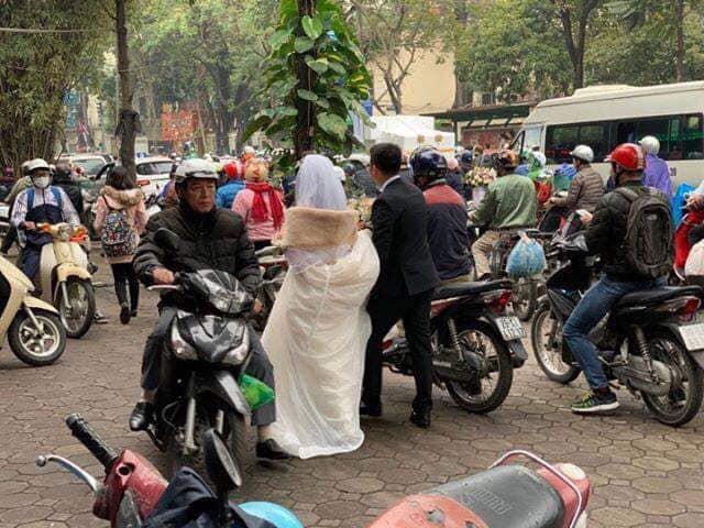 Đường bị cấm phục vụ hội nghị thượng đỉnh, cô dâu xách váy chạy bộ để kịp giờ làm lễ cưới - Ảnh 2.