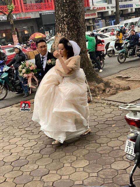 Đường bị cấm phục vụ hội nghị thượng đỉnh, cô dâu xách váy chạy bộ để kịp giờ làm lễ cưới - Ảnh 1.