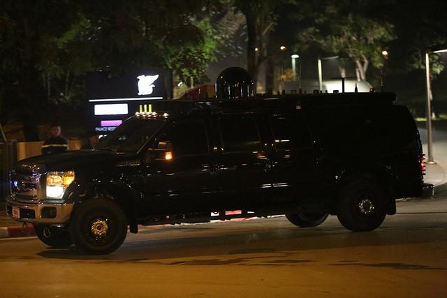 Quả cầu đen bí ẩn trên nóc xe hộ tống Tổng thống Trump - Ảnh 1.