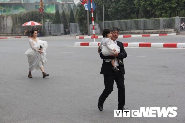 Đường bị cấm phục vụ hội nghị thượng đỉnh, cô dâu xách váy chạy bộ để kịp giờ làm lễ cưới - Ảnh 4.