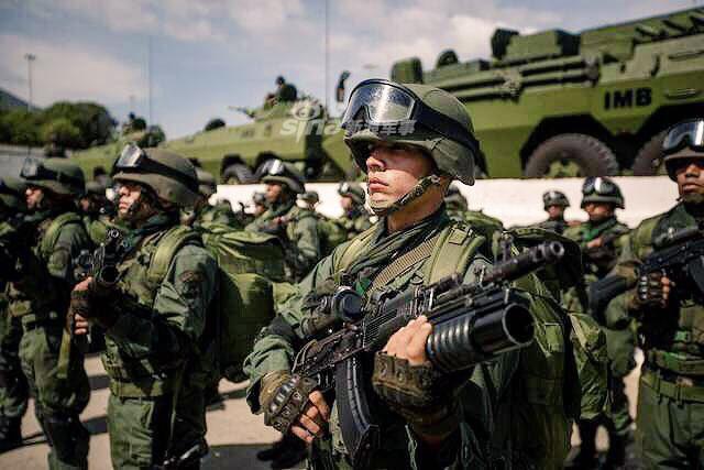 Quân đội Venezuela khoe cơ bắp trong tình hình nóng - Ảnh 2.