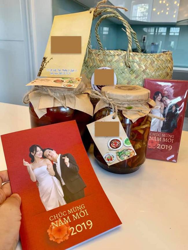Không chuẩn bị quà Tết sang chảnh, vợ chồng Nhã Phương - Trường Giang tự tay làm món quà mộc mạc này tặng đồng nghiệp - Ảnh 1.