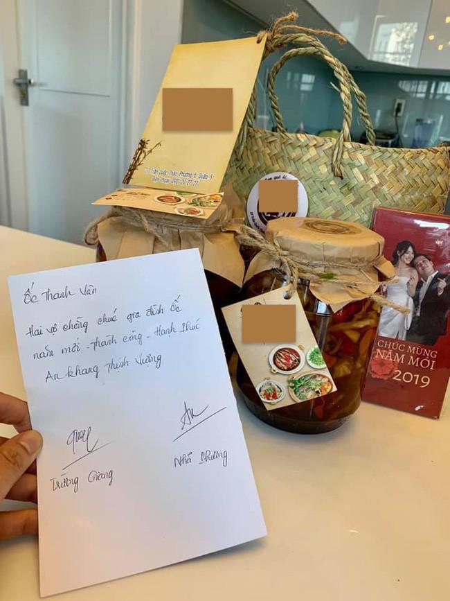 Không chuẩn bị quà Tết sang chảnh, vợ chồng Nhã Phương - Trường Giang tự tay làm món quà mộc mạc này tặng đồng nghiệp - Ảnh 2.
