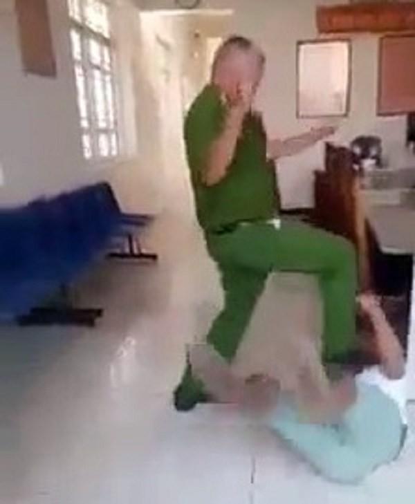 Dùng chân tác động vào người sao lại bị phạt? - Ảnh 1.