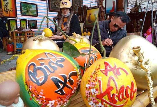 Vẽ chữ thư pháp trên trái cây, ông đồ kiếm tiền triệu mỗi ngày - Ảnh 4.