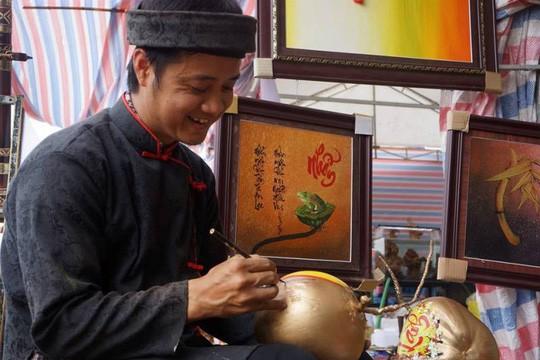 Vẽ chữ thư pháp trên trái cây, ông đồ kiếm tiền triệu mỗi ngày - Ảnh 6.