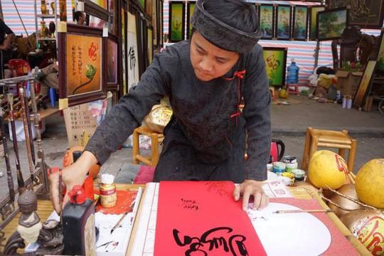 Vẽ chữ thư pháp trên trái cây, ông đồ kiếm tiền triệu mỗi ngày - Ảnh 9.