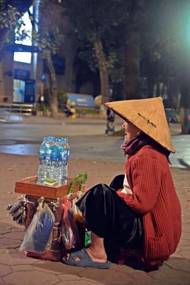 Cụ già bán hàng rong trên con phố vắng đêm giao thừa khiến ai ngang qua cũng lặng người - Ảnh 1.