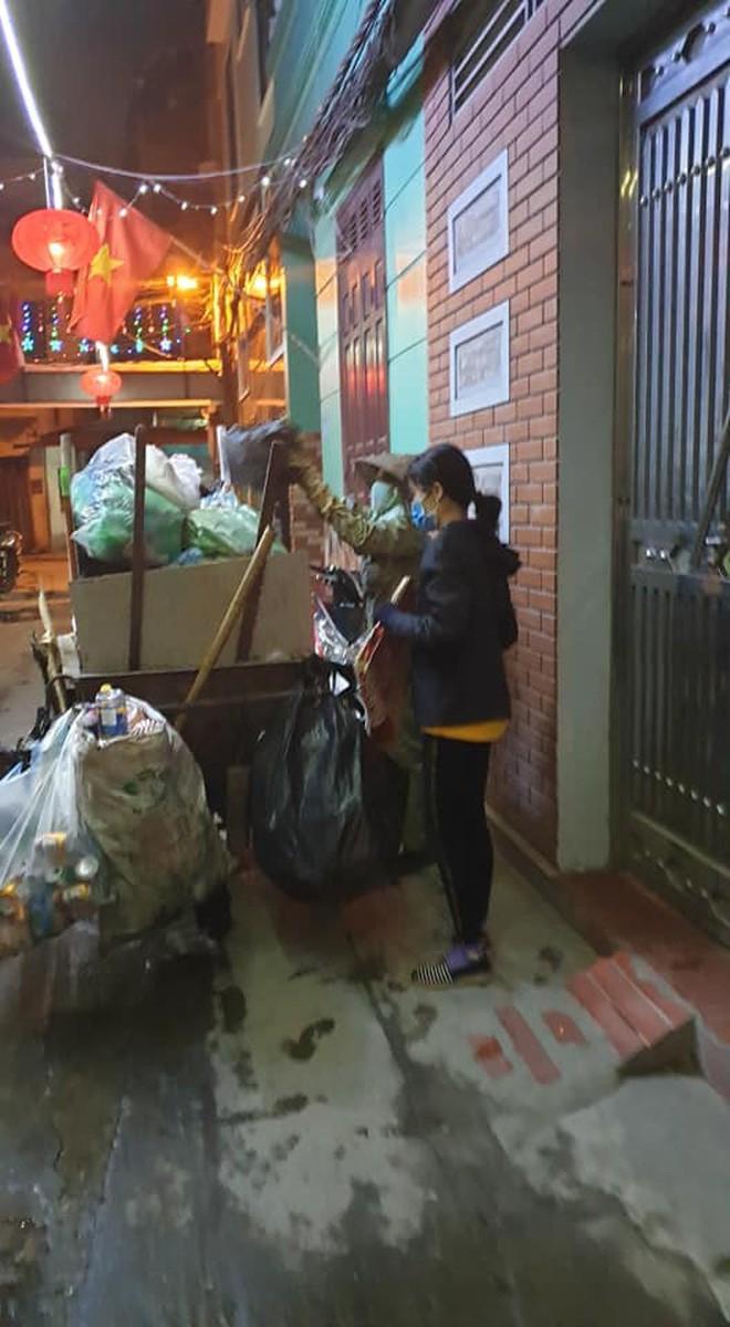 Chẳng xem pháo hoa hay đón giao thừa, cô con gái phụ mẹ đẩy chiếc xe rác cao ngất trong đêm 30 khiến nhiều người xúc động - Ảnh 2.