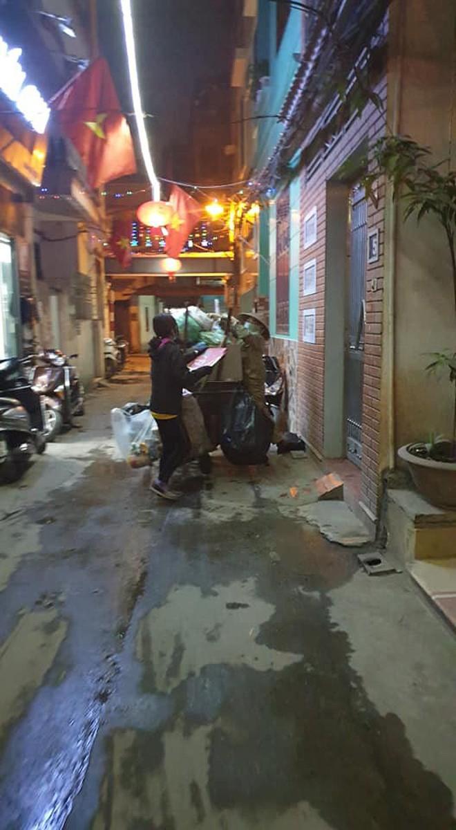 Chẳng xem pháo hoa hay đón giao thừa, cô con gái phụ mẹ đẩy chiếc xe rác cao ngất trong đêm 30 khiến nhiều người xúc động - Ảnh 3.
