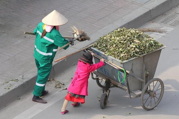 Sự thật sau bức ảnh cô bé giúp mẹ là công nhân vệ sinh đẩy xe rác ngày mùng 2 Tết khiến MXH ấm lòng - Ảnh 1.