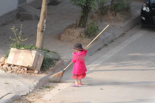 Sự thật sau bức ảnh cô bé giúp mẹ là công nhân vệ sinh đẩy xe rác ngày mùng 2 Tết khiến MXH ấm lòng - Ảnh 2.