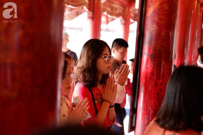 Mùng hai Tết, các thiếu nữ xúng xính áo dài đi xin chữ đầu xuân ở Văn Miếu - Quốc Tử Giám - Ảnh 11.