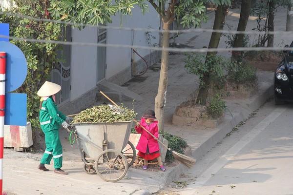 Sự thật sau bức ảnh cô bé giúp mẹ là công nhân vệ sinh đẩy xe rác ngày mùng 2 Tết khiến MXH ấm lòng - Ảnh 3.