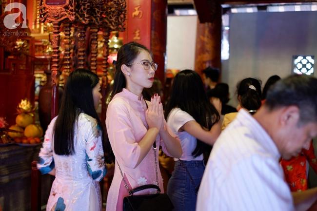 Mùng hai Tết, các thiếu nữ xúng xính áo dài đi xin chữ đầu xuân ở Văn Miếu - Quốc Tử Giám - Ảnh 10.
