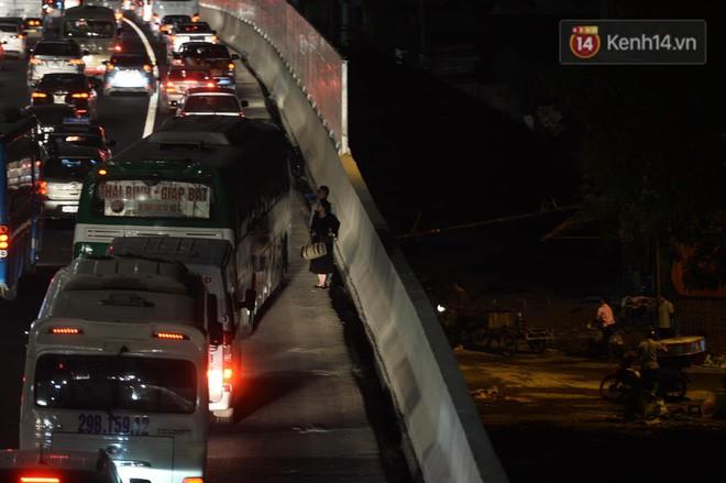 Pháp Vân - Cầu Giẽ ùn tắc dài, nhân viên trạm thu phí phải mở đường cho xe cứu thương thoát ra đường tránh - Ảnh 10.