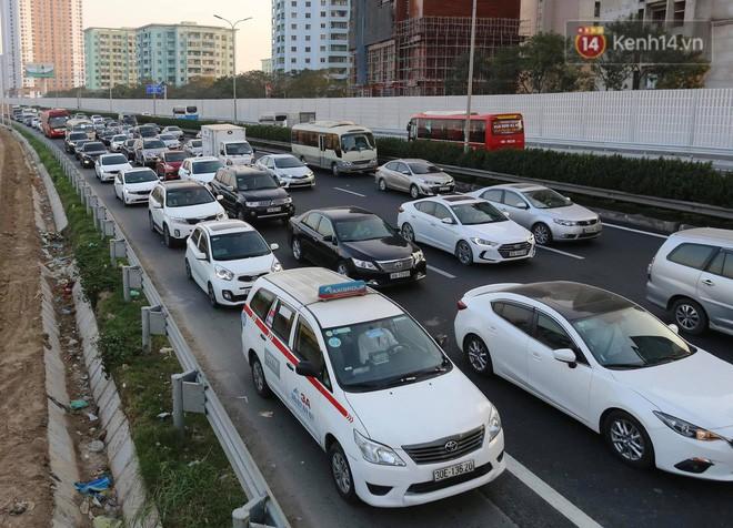 Pháp Vân - Cầu Giẽ ùn tắc dài, nhân viên trạm thu phí phải mở đường cho xe cứu thương thoát ra đường tránh - Ảnh 3.
