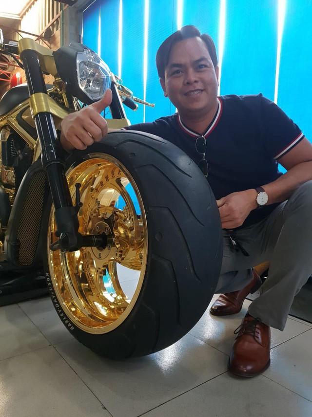 Khoe 3 chiếc mô tô mạ vàng giá gần 10 tỷ đồng, Phúc XO hứa tặng cả 3 nếu ai có chiếc tương tự - Ảnh 2.