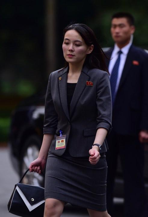 Em gái ông Kim Jong Un duyên dáng nhận hoa trong lễ đón chính thức tại Phủ chủ tịch - Ảnh 5.
