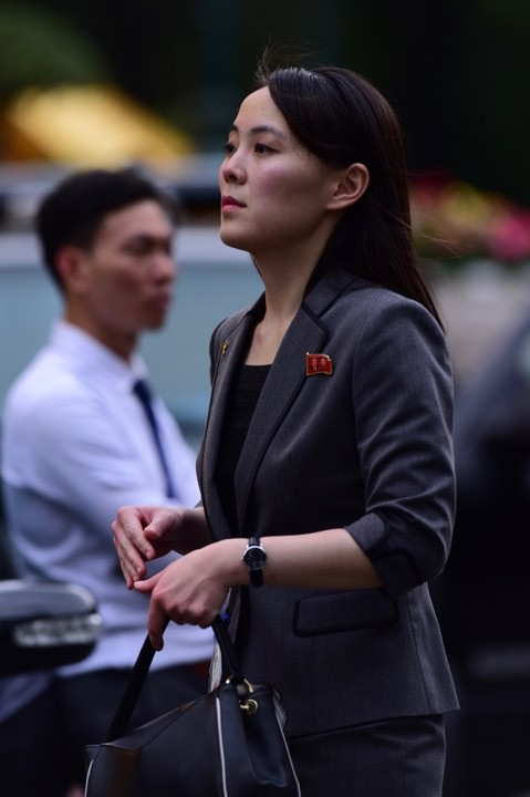 Em gái ông Kim Jong Un duyên dáng nhận hoa trong lễ đón chính thức tại Phủ chủ tịch - Ảnh 7.