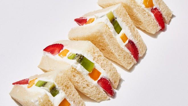 Giờ mới để ý, hóa ra người Nhật Bản thích cho trái cây tươi vào các loại bánh ngọt như thế này - Ảnh 1.