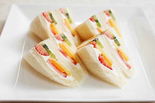 Giờ mới để ý, hóa ra người Nhật Bản thích cho trái cây tươi vào các loại bánh ngọt như thế này - Ảnh 2.