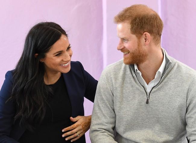 Đoạn clip Hoàng tử Harry quay sang hỏi vợ bầu Meghan: Có phải con của anh không? khiến cộng đồng mạng dậy sóng - Ảnh 2.