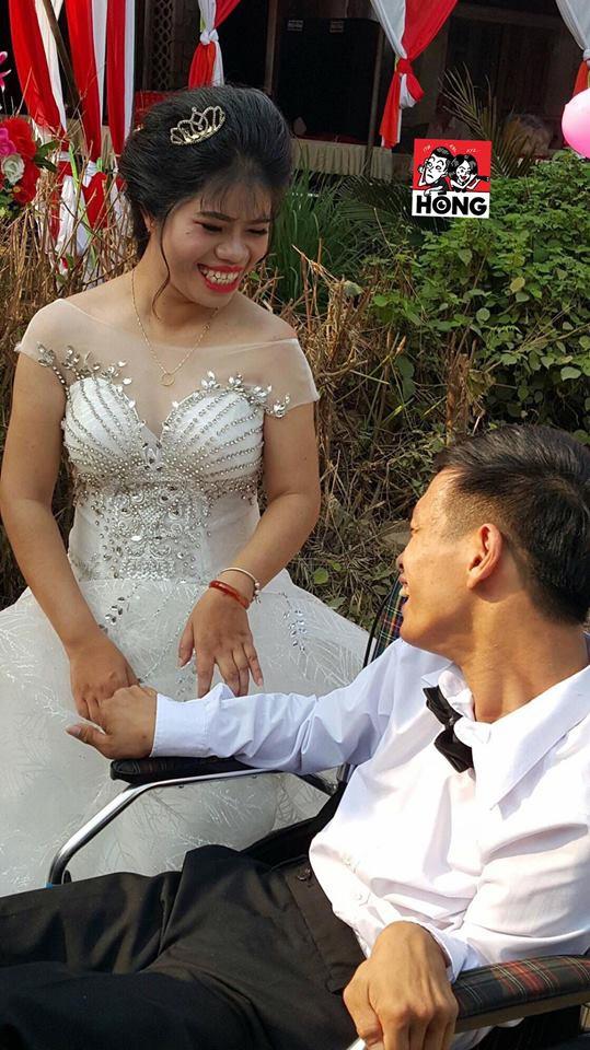 Đám cưới được nhắc nhiều nhất ngày Chủ nhật: Cặp đôi cùng xe đón dâu đặc biệt gây xúc động - Ảnh 1.