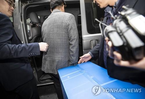 Seungri chính thức thành nghi phạm môi giới mại dâm, hơn 20 cảnh sát tiến hành truy bắt và lục soát club người lớn - Ảnh 1.