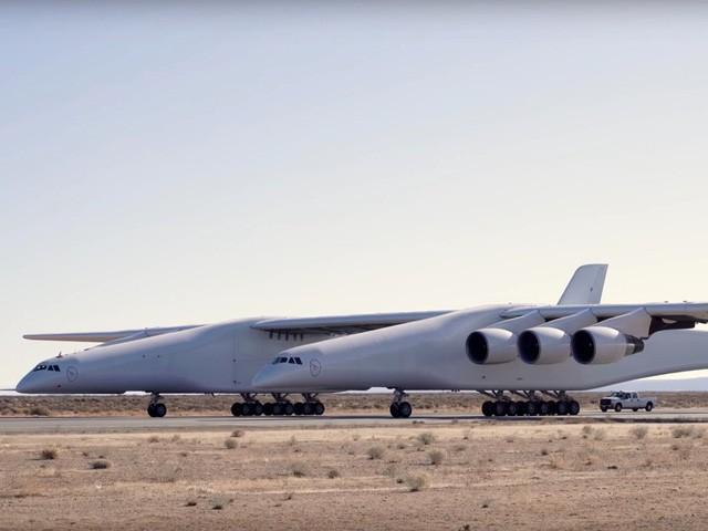Cận cảnh chiếc máy bay lớn nhất thế giới do nhà đồng sáng lập Microsoft xây dựng - Ảnh 1.