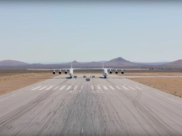 Cận cảnh chiếc máy bay lớn nhất thế giới do nhà đồng sáng lập Microsoft xây dựng - Ảnh 2.