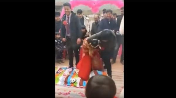 Bị đám khách nam lột váy, cô dâu suýt lộ hàng ngay trong ngày cưới - Ảnh 3.