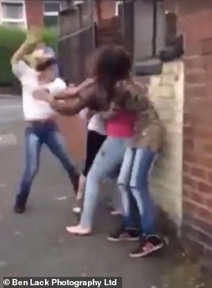Phát hiện bạn trai cặp bồ, cô gái rủ bạn đi đánh ghen khiến nạn nhân tơi tả giữa phố đông người - Ảnh 1.