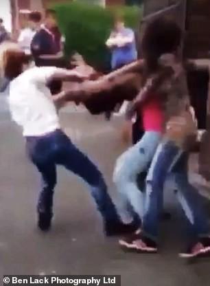 Phát hiện bạn trai cặp bồ, cô gái rủ bạn đi đánh ghen khiến nạn nhân tơi tả giữa phố đông người - Ảnh 2.
