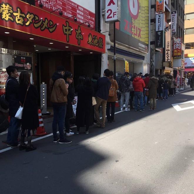 Xôn xao hình ảnh phở Thìn Lò Đúc ở Tokyo, khách xếp hàng đông nườm nượp - Ảnh 3.