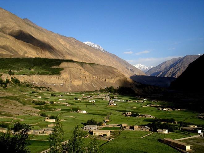 Ngôi làng kỳ lạ tại Pakistan: Phụ nữ muốn leo núi đến kiệt quệ mới thấy hạnh phúc - Ảnh 3.