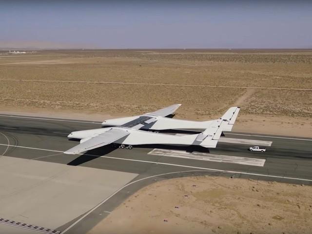 Cận cảnh chiếc máy bay lớn nhất thế giới do nhà đồng sáng lập Microsoft xây dựng - Ảnh 4.