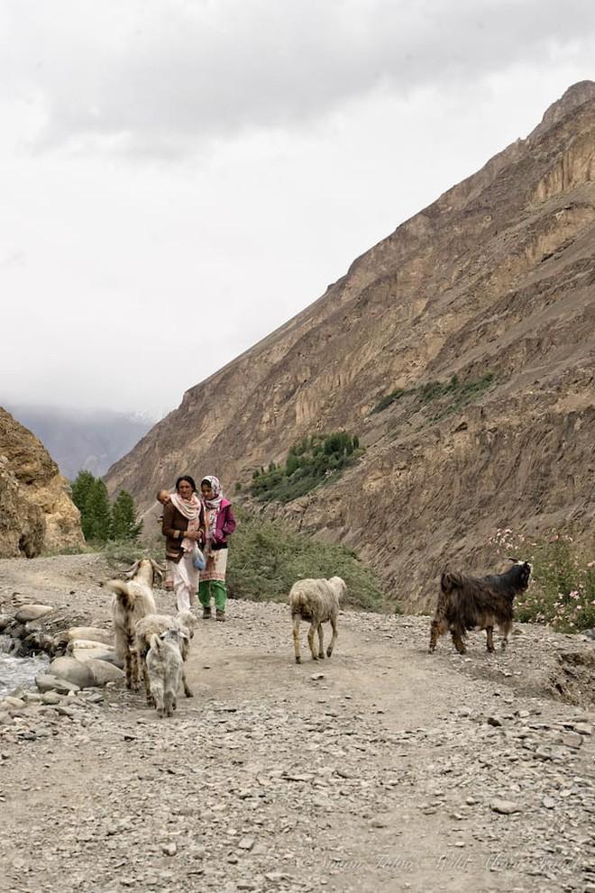 Ngôi làng kỳ lạ tại Pakistan: Phụ nữ muốn leo núi đến kiệt quệ mới thấy hạnh phúc - Ảnh 4.