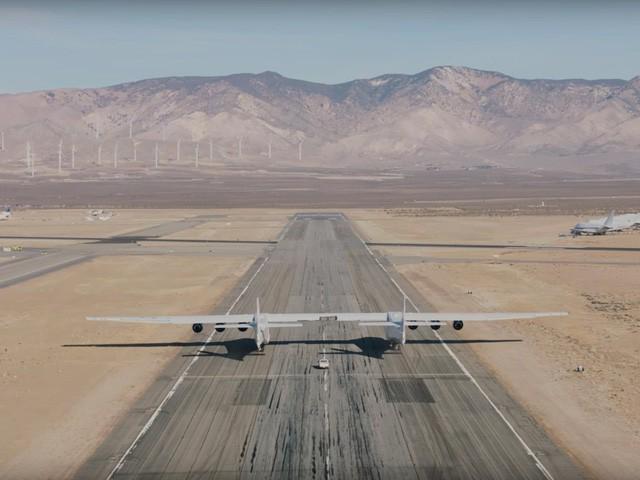 Cận cảnh chiếc máy bay lớn nhất thế giới do nhà đồng sáng lập Microsoft xây dựng - Ảnh 5.