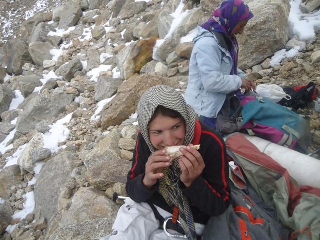 Ngôi làng kỳ lạ tại Pakistan: Phụ nữ muốn leo núi đến kiệt quệ mới thấy hạnh phúc - Ảnh 9.