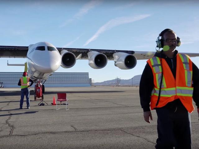 Cận cảnh chiếc máy bay lớn nhất thế giới do nhà đồng sáng lập Microsoft xây dựng - Ảnh 10.