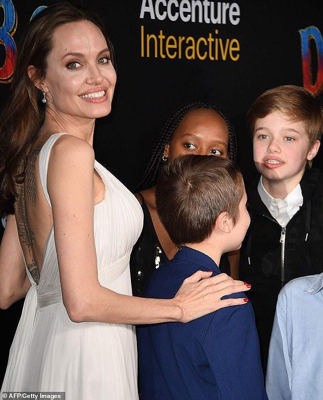 Angelina Jolie diện đầm gợi cảm, lộ hình xăm kín lưng cùng các con đi sự kiện - Ảnh 3.