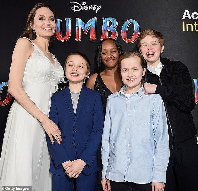 Angelina Jolie diện đầm gợi cảm, lộ hình xăm kín lưng cùng các con đi sự kiện - Ảnh 4.