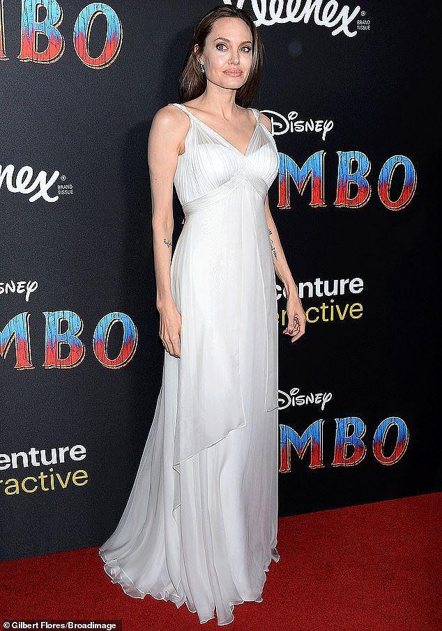 Angelina Jolie diện đầm gợi cảm, lộ hình xăm kín lưng cùng các con đi sự kiện - Ảnh 5.