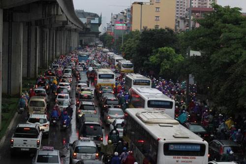 Hà Nội thí điểm cấm xe máy: Người dân than khó  - Ảnh 1.
