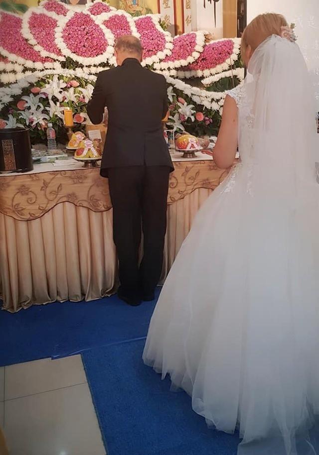 Vị hôn phu qua đời trước đám cưới, người phụ nữ đeo nhẫn bằng giấy và mặc áo cô dâu trong tang lễ khiến ai cũng xót xa - Ảnh 5.